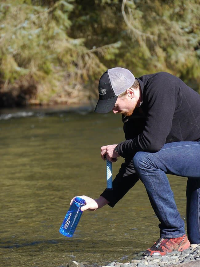 Мужчина с LifeStraw Go Water Bottle