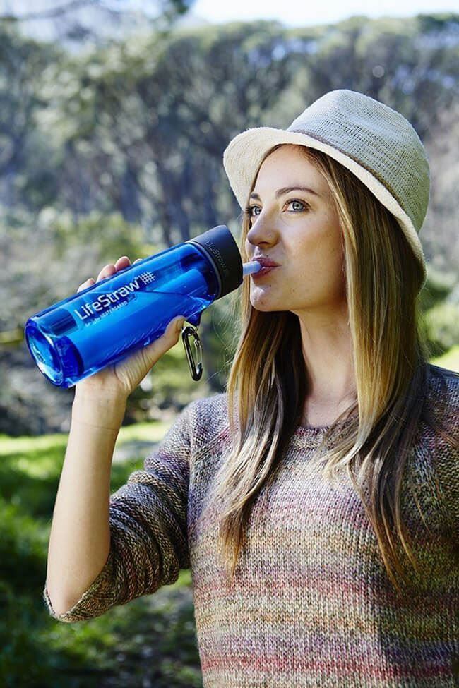 Девушка с LifeStraw Go Water Bottle