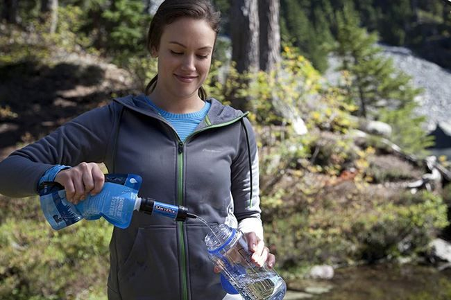 Девушка с Sawyer Products Mini Water Filtration System